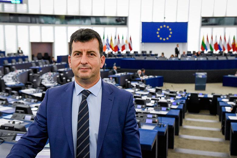Приключи срокът за участие в конкурса за народни будители, организиран от евродепутата Асим Адемов