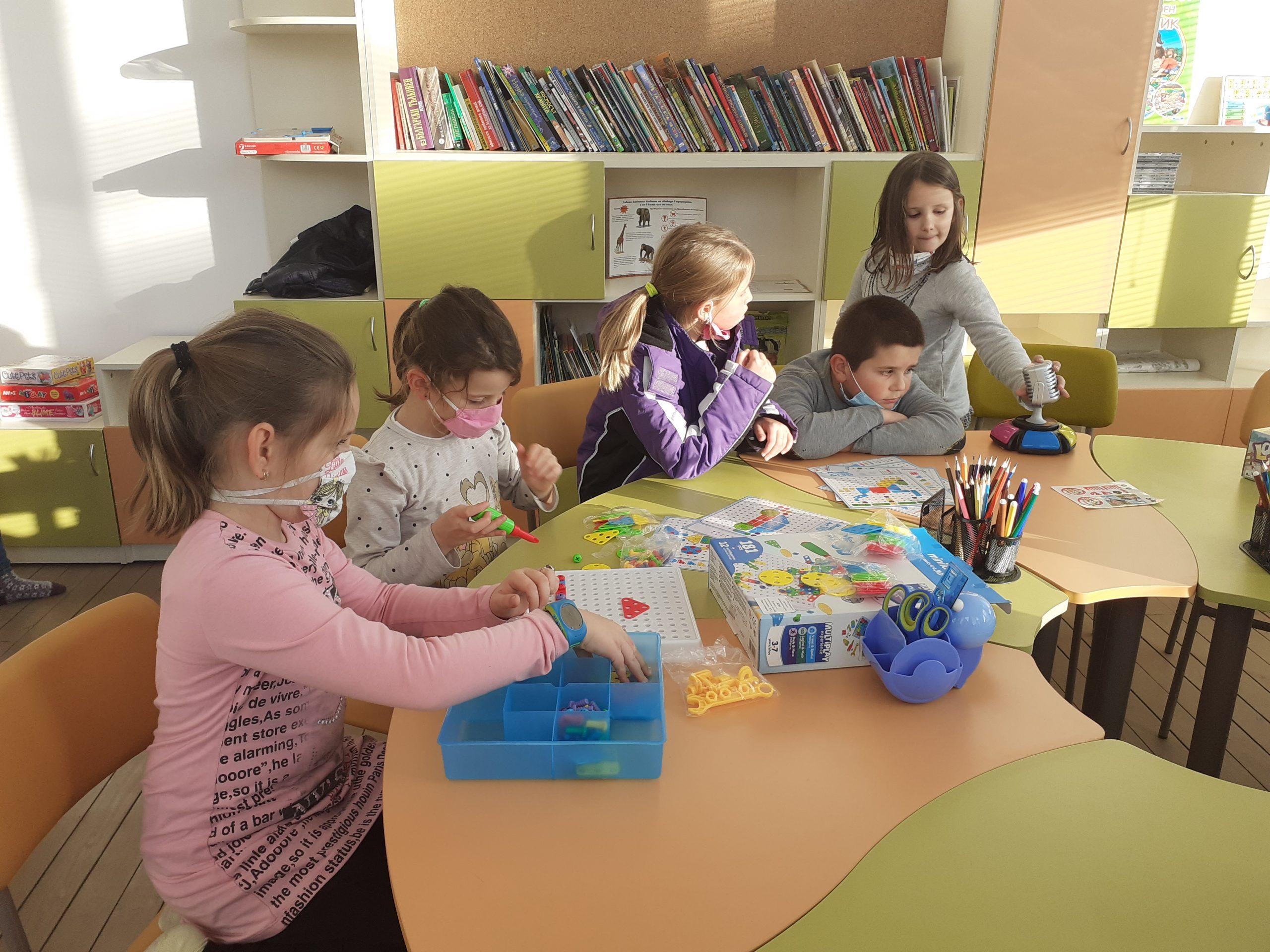 """В с. Късак целодневното обучение на учениците се подкрепя със """"Стая по интереси на знанието и игрите"""""""