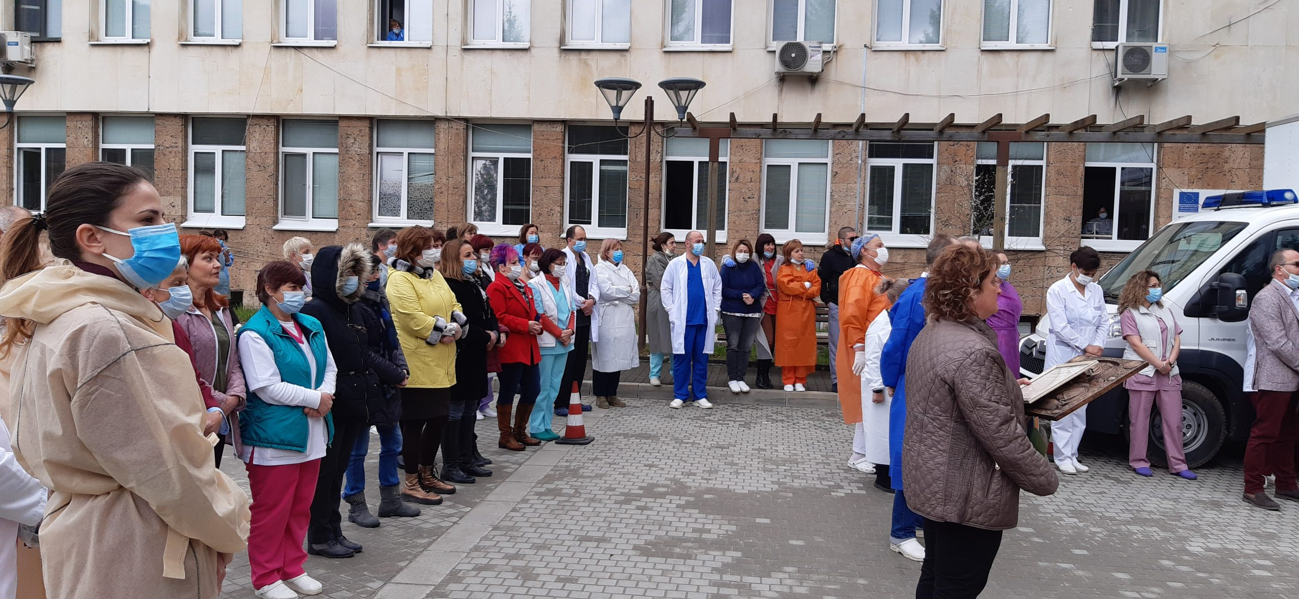 С вой на сирени и едноминутно мълчание здравните работници от МБАЛ – Смолян почетоха паметта на починалите медици