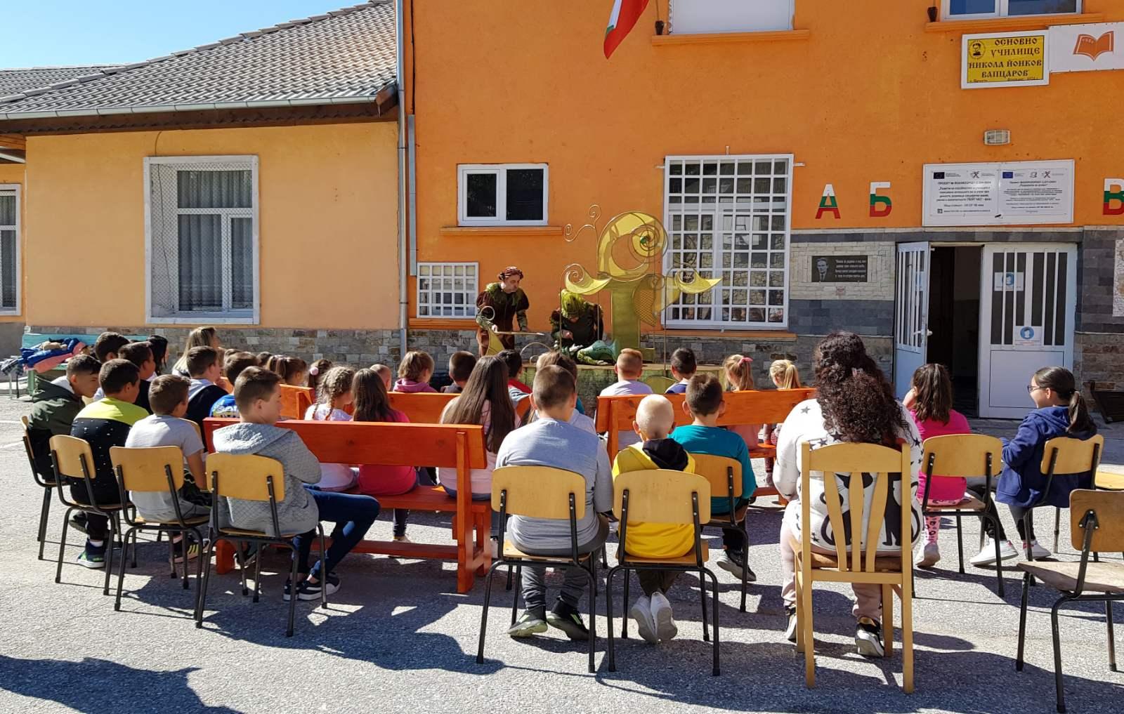 Учителите в с. Црънча изненадаха децата с куклен театър … Снимки
